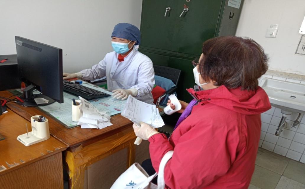 D:\照片\照片-工作\2020工作照\2020.2慰问在一线的退休人员医务室杨杰孟桂月\IMG_20200212_153041.jpg